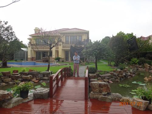 施工单位:上海朴风景观装饰工程有限公司 设计单位:上海朴风景观装饰工程有限公司 造价:80万 施工起至日期:2010-08-01 - 2011-06-30 工程规模概况:花园面积500平方,打造成中西合壁的花园,泳池,小桥流水,假山鱼池,大型绿植,一步一景,彰显大户人家的贵气和大气。鱼池和泳池过滤循环系统合二为一,全生物净化,将绿色生态家居理念合理运用在此案例中。