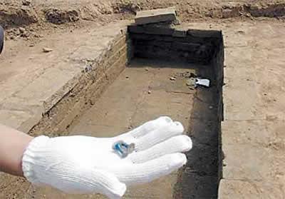 这3座古墓呈标准的长方形,造墓用的青砖上花纹清晰考究,有的上面还有